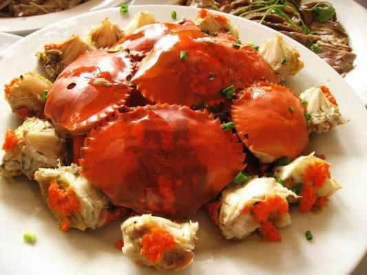 和乐蟹是海南最负盛名的传统名菜之一,与文昌鸡、加积鸭、东山羊并称为海南四大名菜。和乐蟹产于海南万宁县和乐镇,以甲壳坚硬,肉肥膏满著称。和乐蟹得烹调方法多种多样,蒸、煮、炒、烤,均具特色,尤其以清蒸为佳,既保持了其原味之鲜,又兼原色形之美。 清蒸和乐蟹的特点是:突出了和乐蟹的原汁原味,其蟹肉鲜嫩,蟹膏为黄色,似咸蛋黄,配姜醋佐料而食,味极鲜美,极富营养。而且,它还有补骨髓,滋肝阴,充胃液,舒筋活血,治疽愈核的药用功效。对人体可谓是有百利而无一害。
